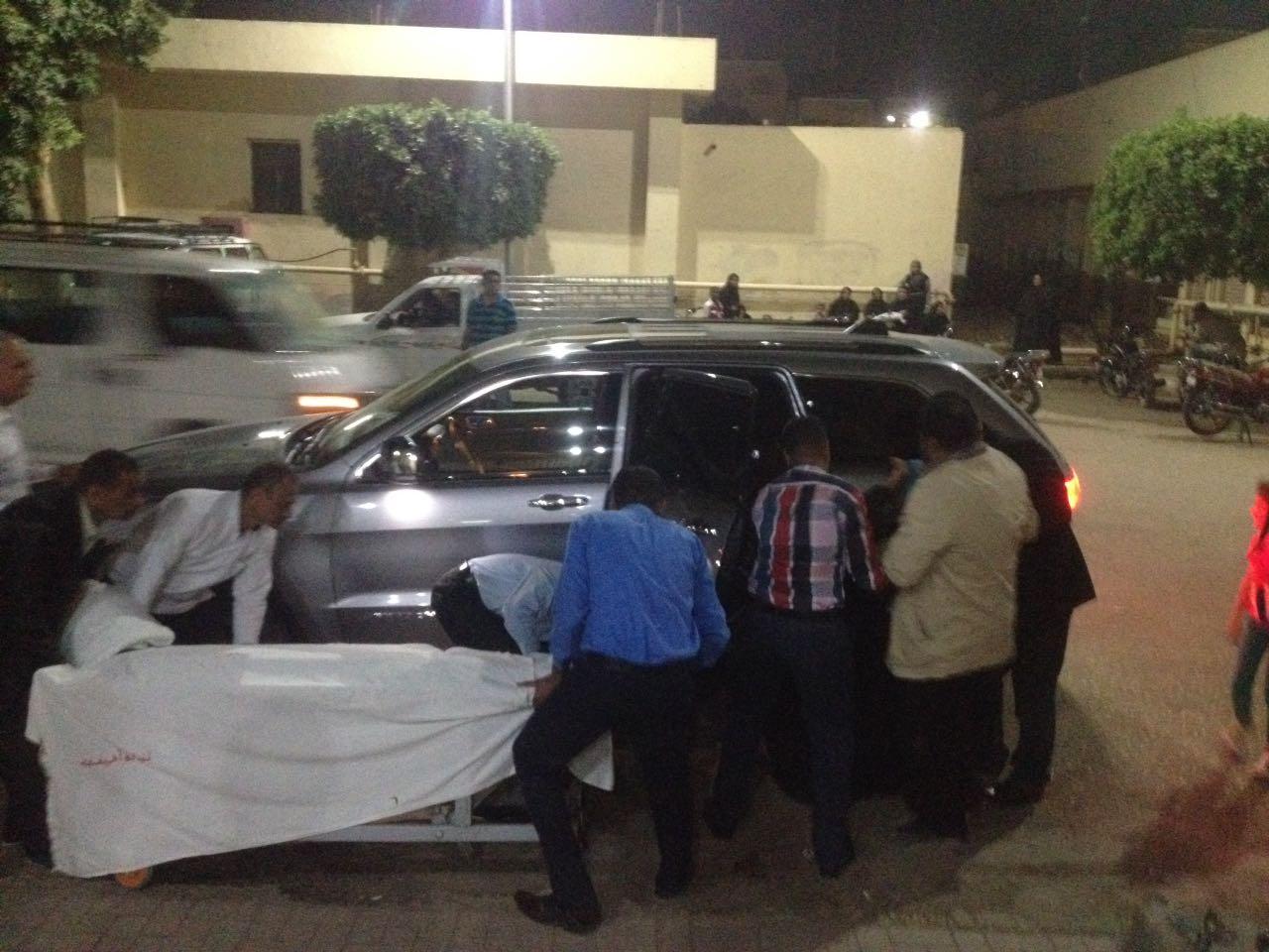 نقل المصابين للمستشفى فى سيارة المحافظ