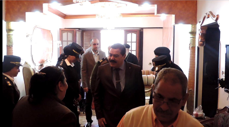 مدير التأمين ومرافقية يصلون لمنزل الأسر القبطية