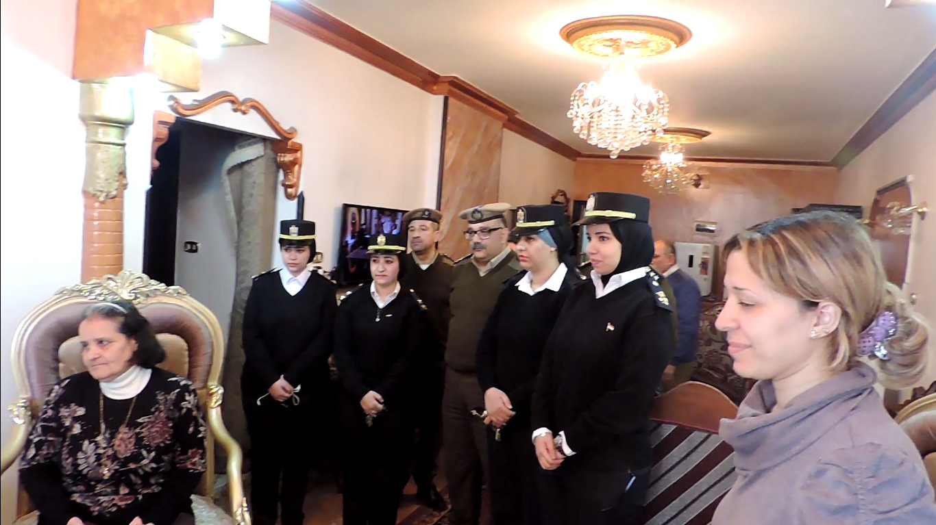 الضابطات مع الأسر القبطية