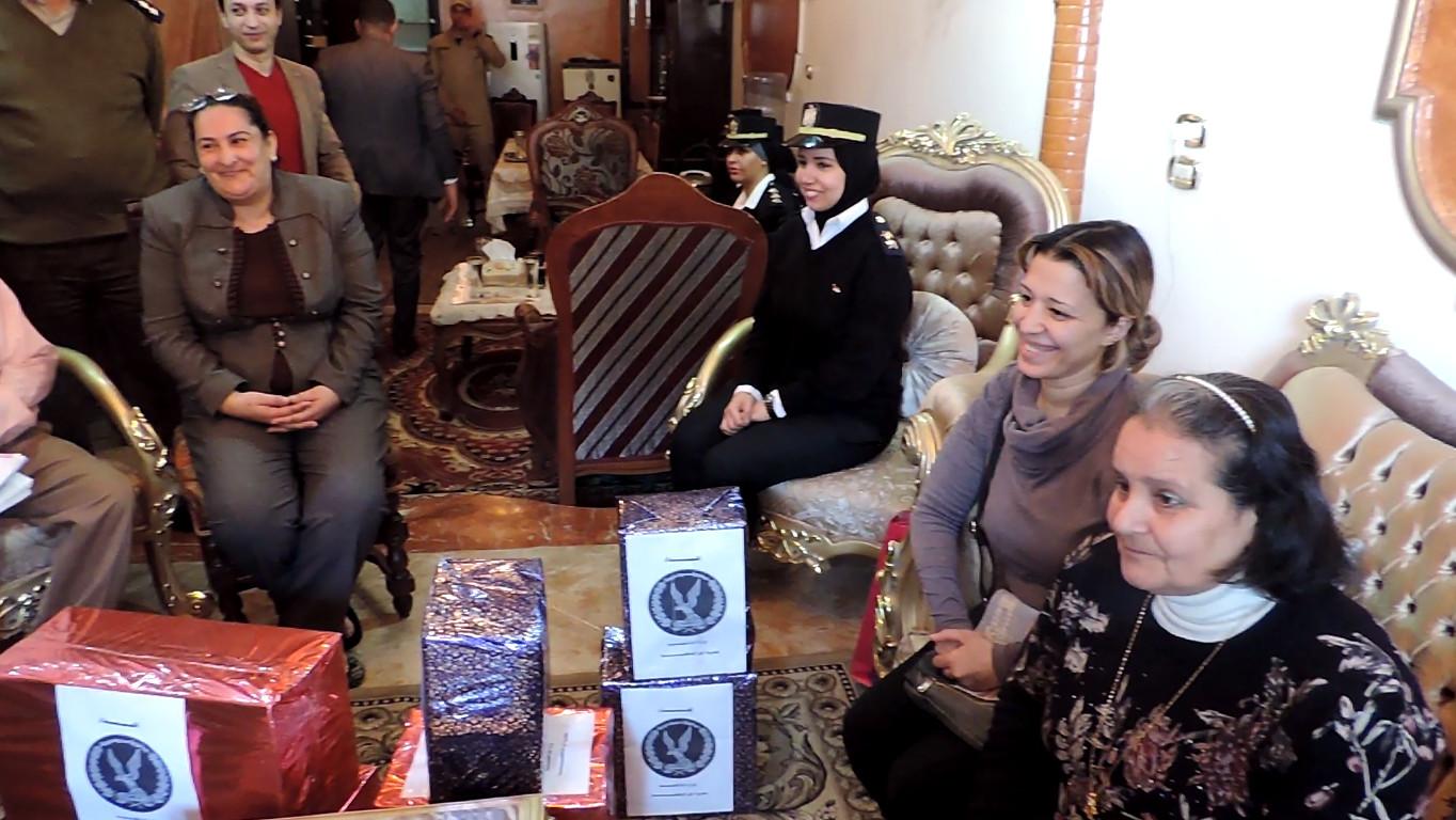 أثناء تقديم بعض الهدايا للأسرة القبطية