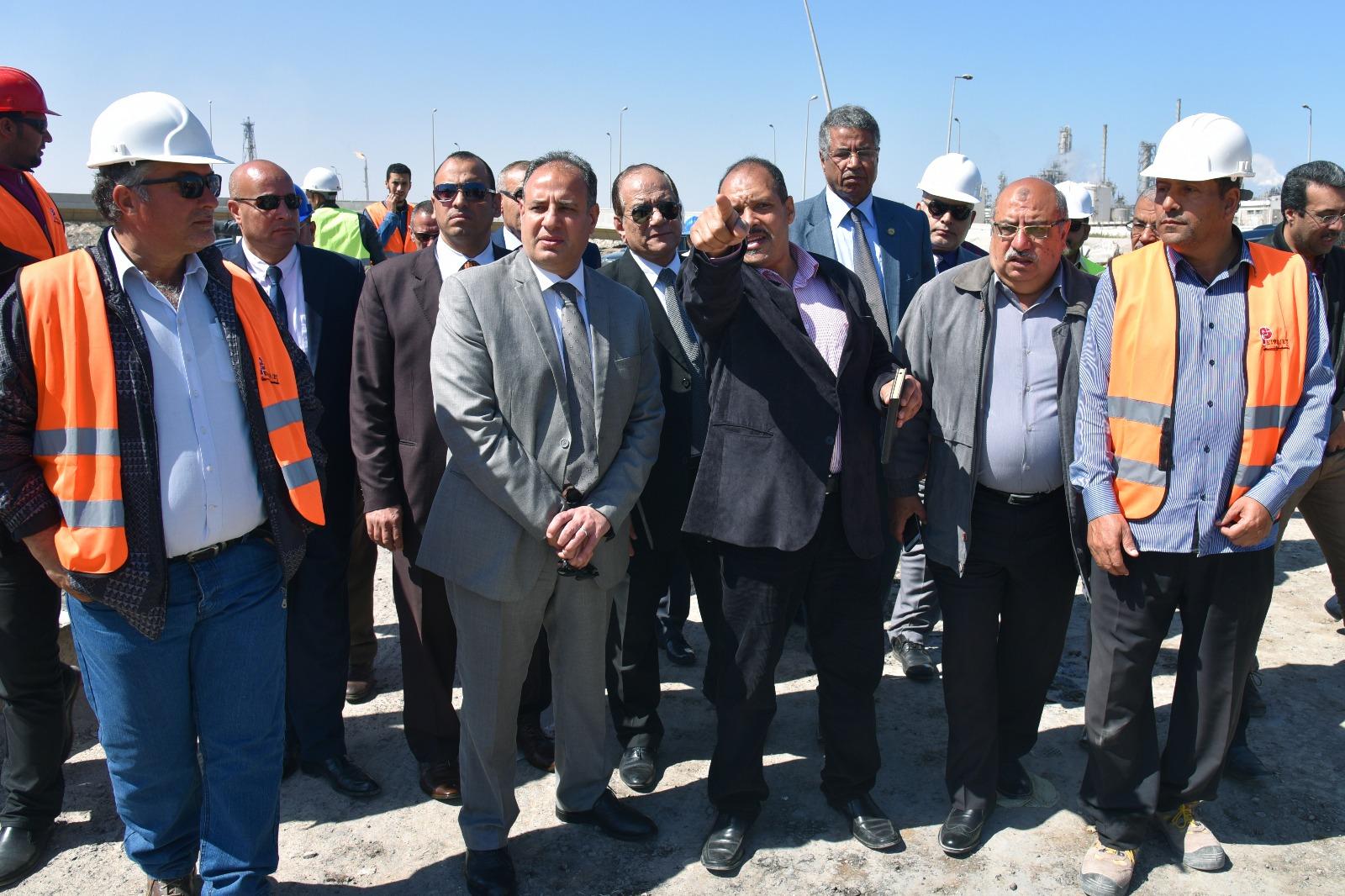 محافظ الإسكندرية خلال الجولة