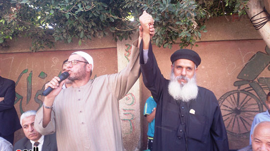 الشيخ والقسيس يدا واحدة