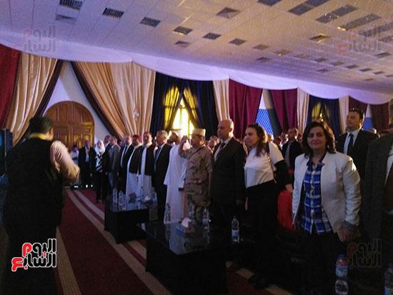 وقوف المشاركين فى مؤتمر الاستثمار بسيوة خلال السلام الوطنى