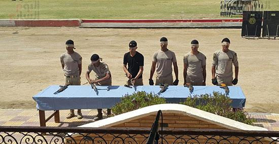 جنود يقومن بعمليات وفك للسلاح وهم معصوبين العينين