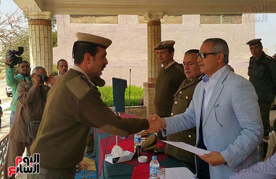 مدير يكرم أحد الضباط المتميزين