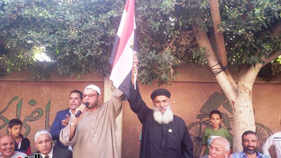 الشيخ يرفع يد القسيس وعلم مصر