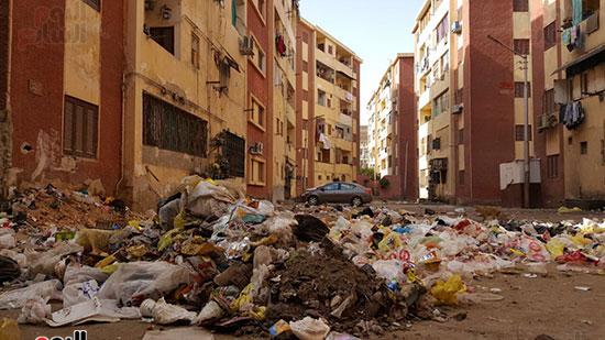 القمامة تمنع السكان من المرور