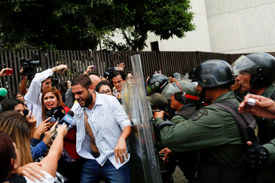 اشتباكات بين مؤيدى ومعارضى الرئيس الفنزويلى نيكولاس مادورو بكاراكاس