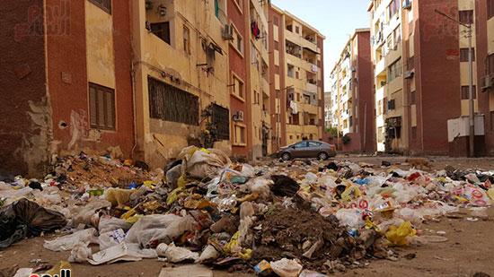 تلال القمامة بجوار العمارات