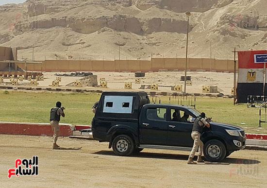 جنود من قوات التأمين أثناء تنفيذ عملية مع الخارجين على القانون