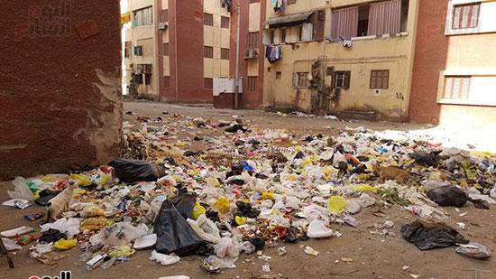 القمامة تمنع السكان من قام بفتح الشبابيك