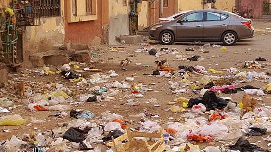 قمامة يلقيها الزبالين بجوار العمارات السكنية
