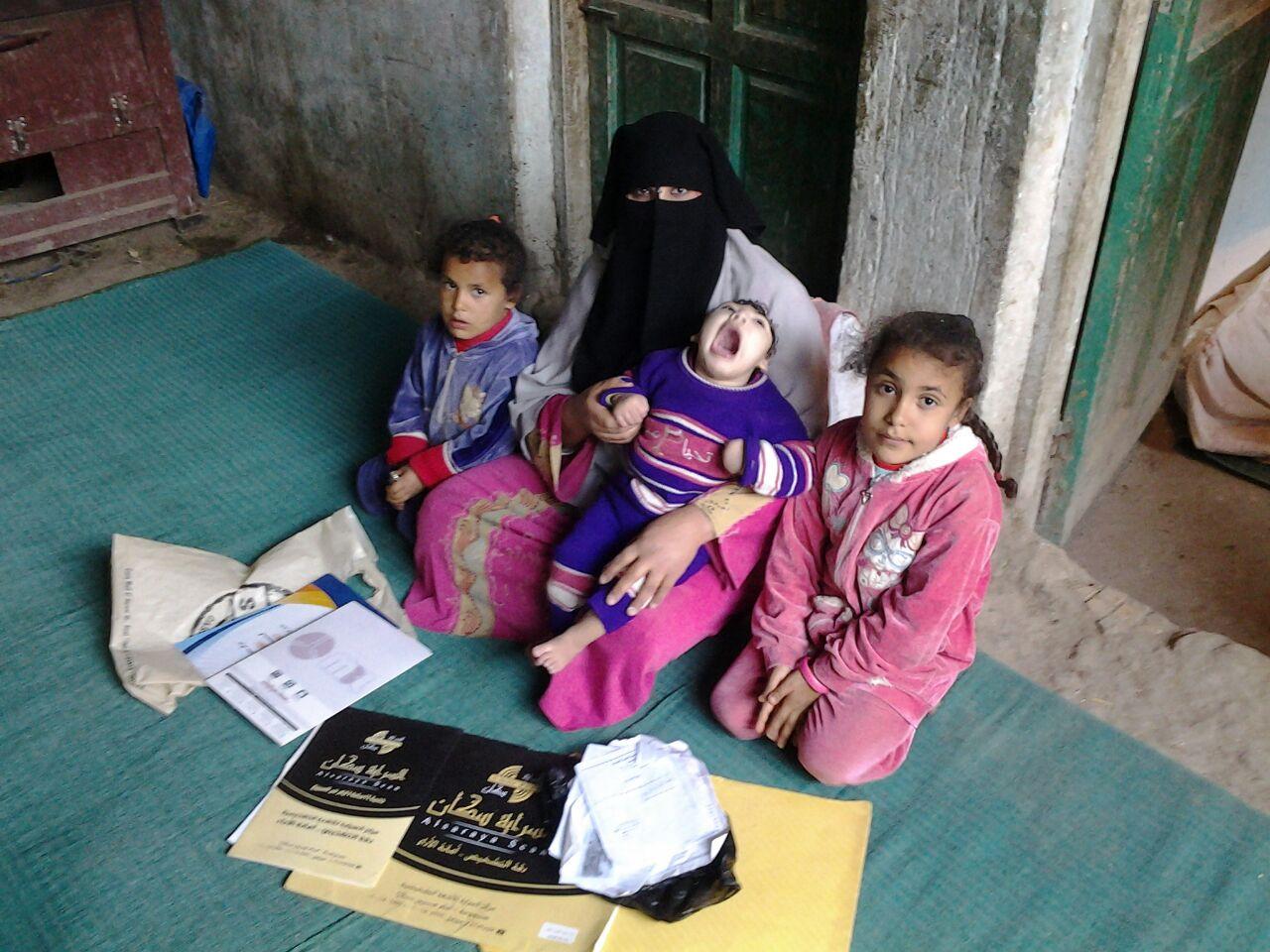 الطفل المريض محمد عبد الكريم وأخواته