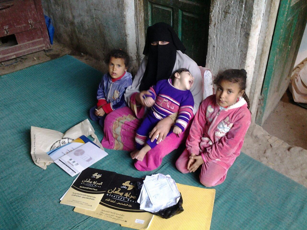 الطفل المريض محمد عبد الكريم ووالدته وأشقاؤه