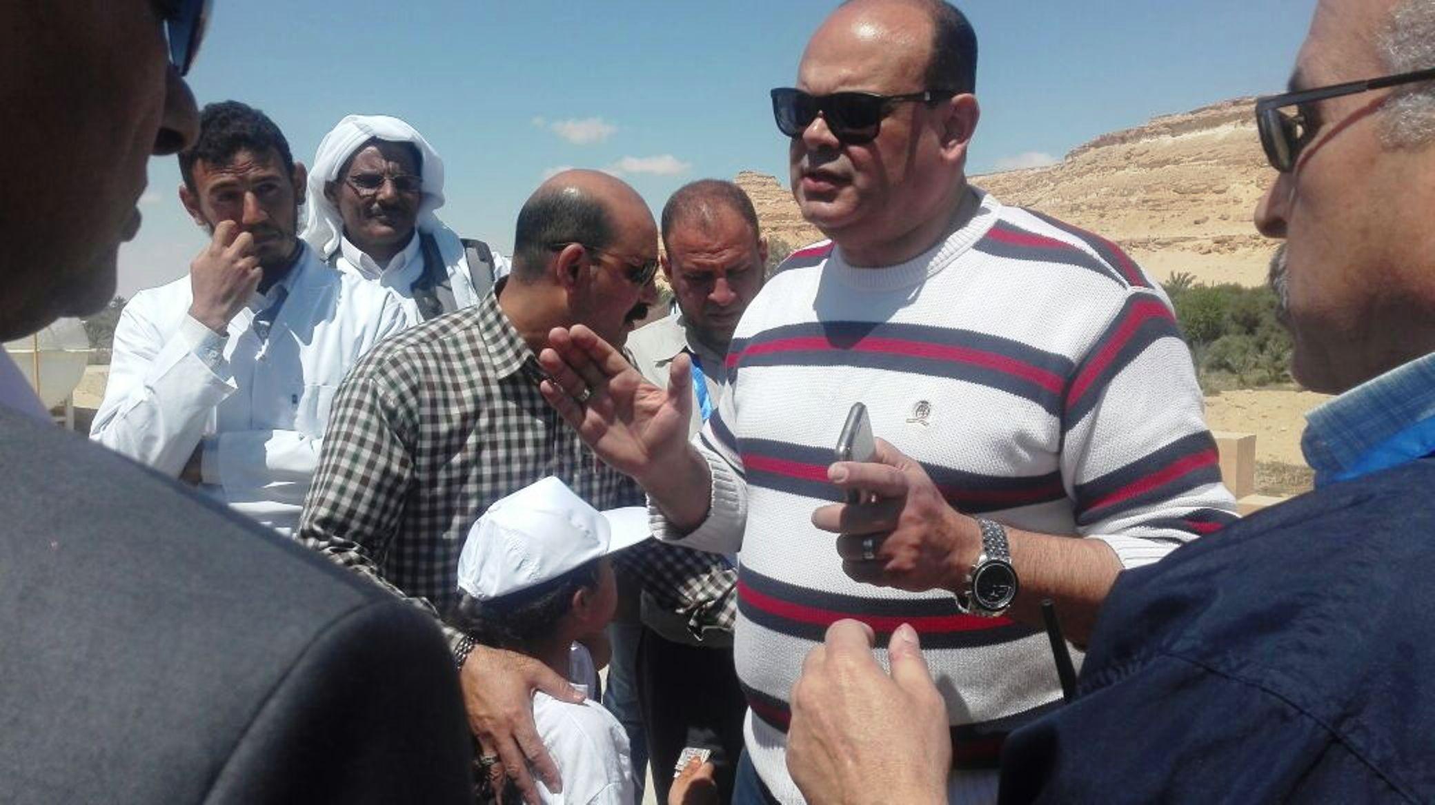 اللواء علاء ابو زيد يصرف مكافأة للسنةلين بمحطة مياه سيوة