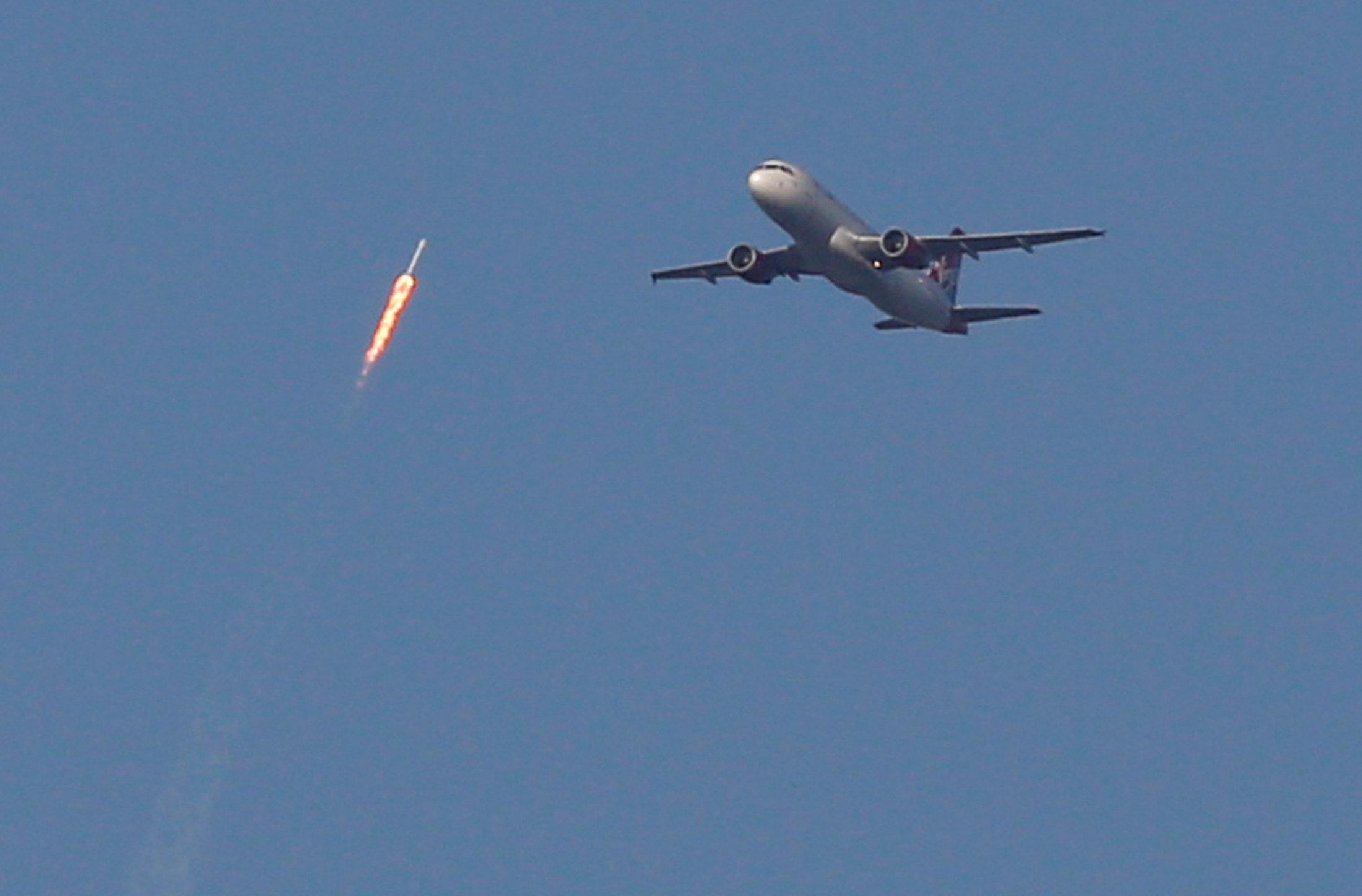 مرور صاروخ فضاء بجوار طائرة ركاب
