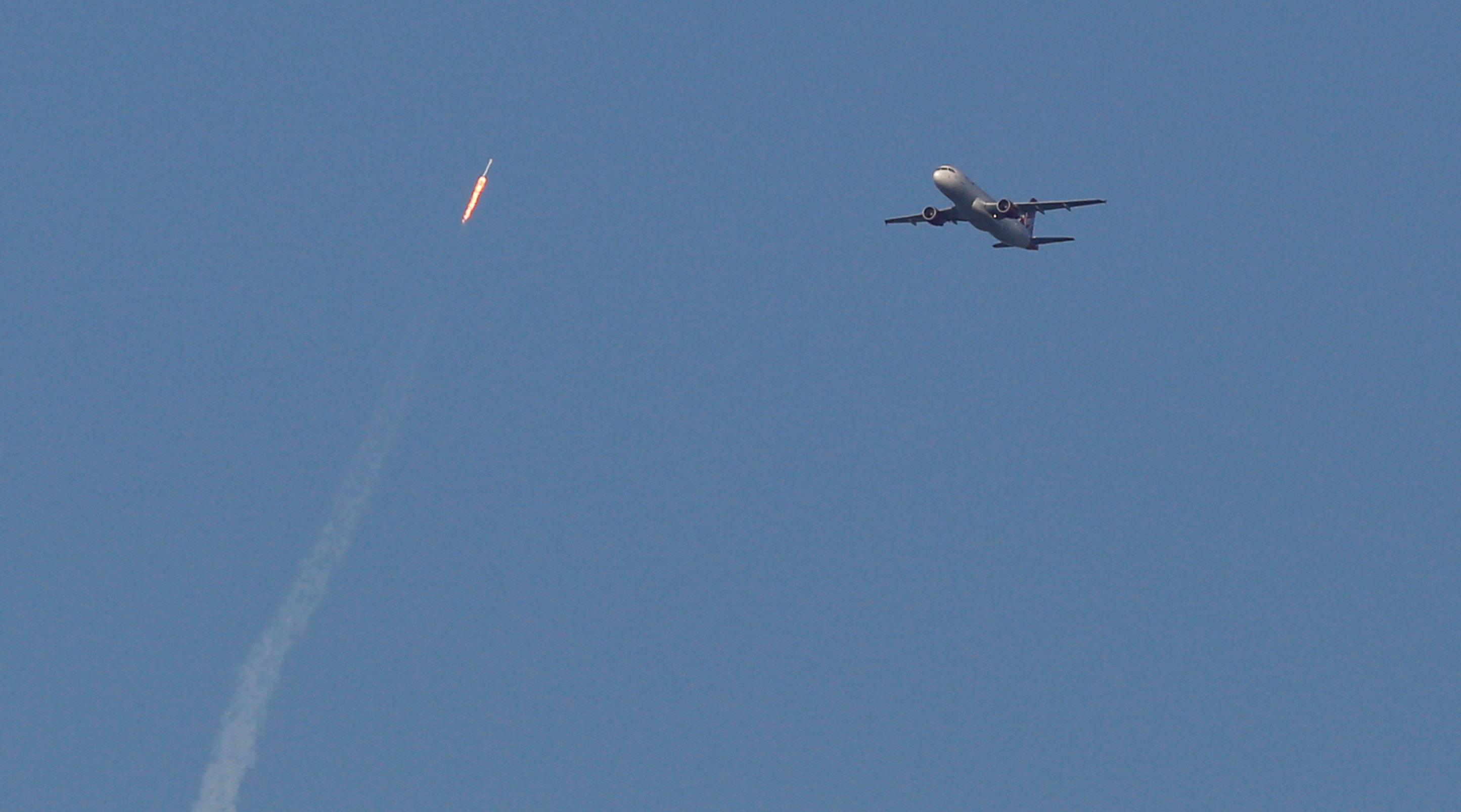 صاروخ صاروخ سبيس إكس ينطلق نحو الفضاء