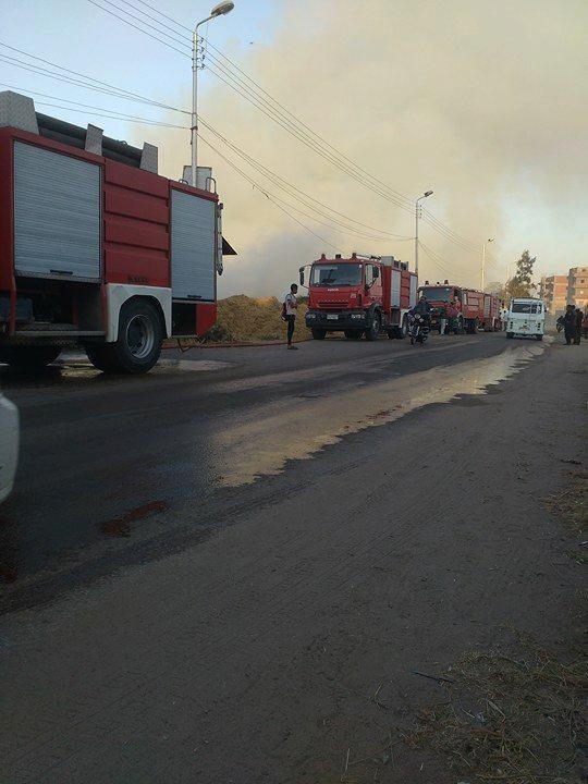 سيارات الدفاع المدنى بالقرب من الحريق