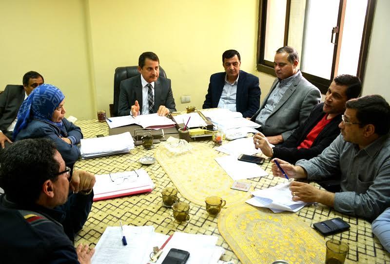 لجنة الاستثمار بسوهاج خلال اجتماعها