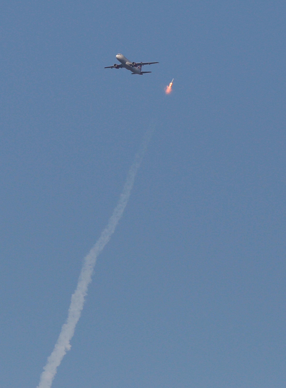 لحظة خطيرة من مرور طائرة ركاب بجوار صاروخ فضاء