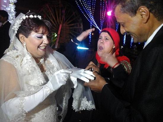 العريس يقوم بتلبيس الدبلة لزوجته