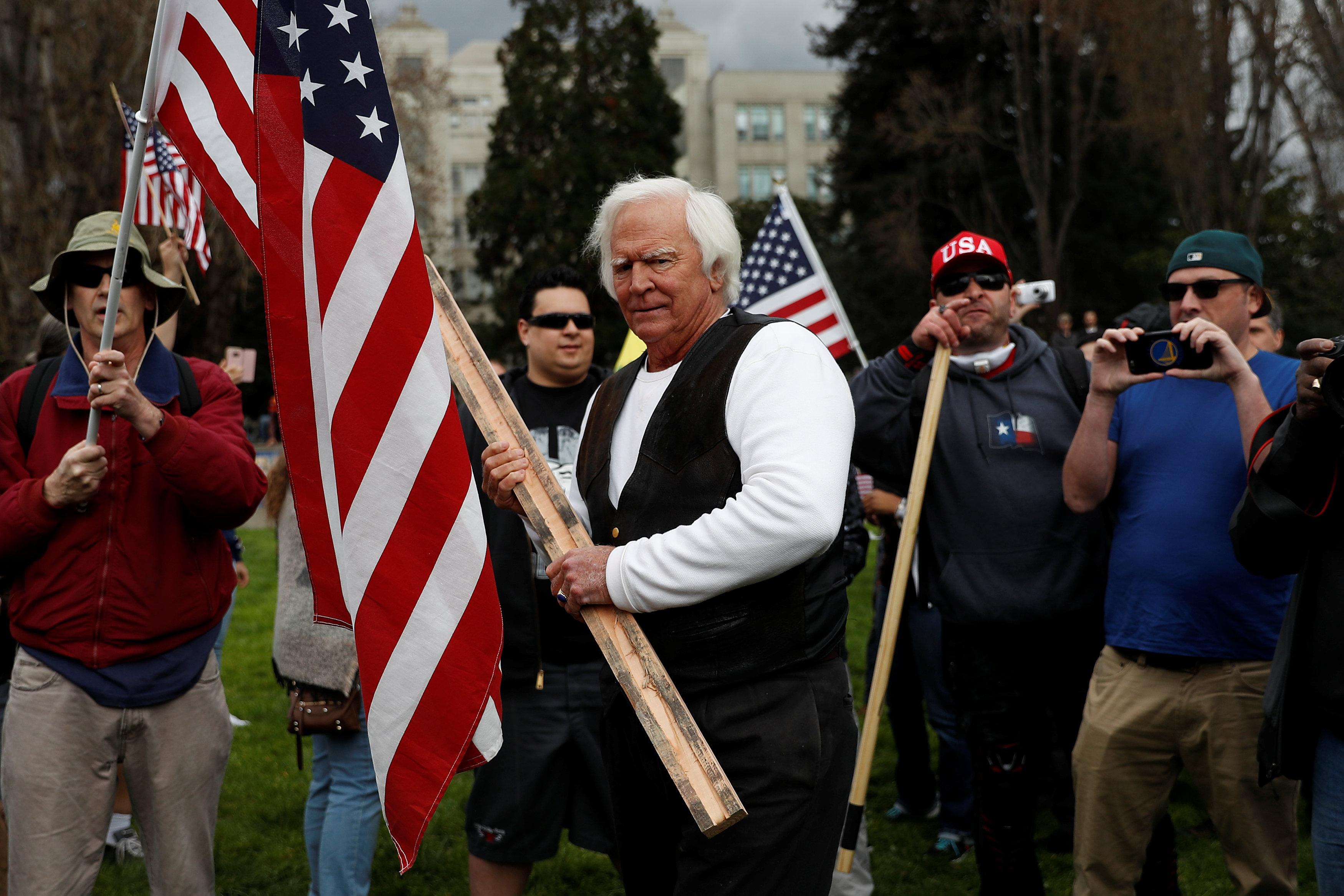 أحد مؤيدى ترامب يمسك فى يده خشبة لصد أى هجوم
