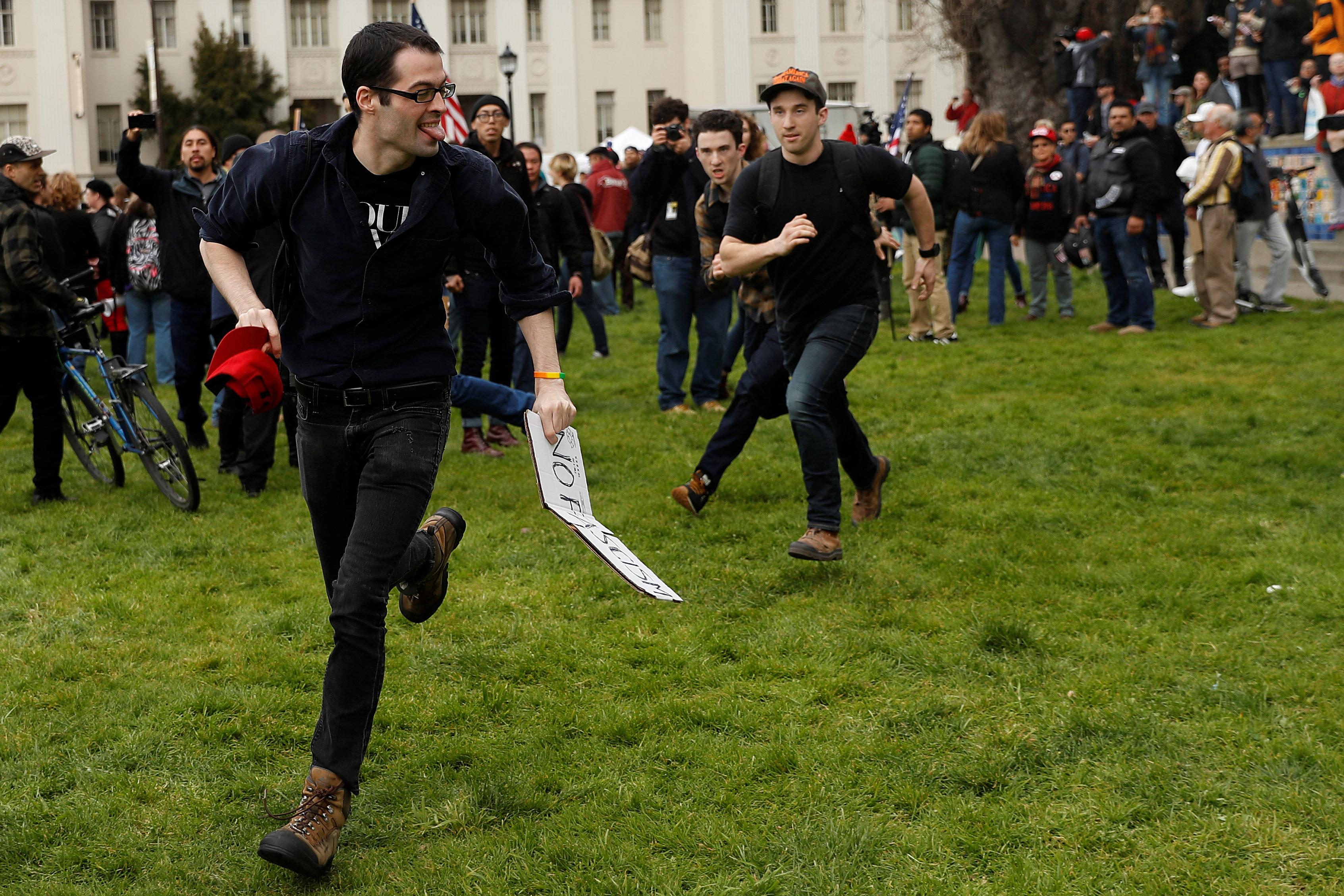 أحد المتظاهرين يجرى خوفا من الاعتداء عليه