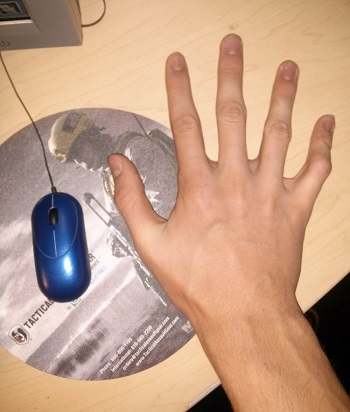 يده أطول من الفأرة فيستخدم اصبع واحد فقط