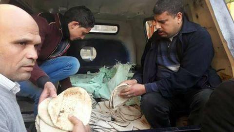 سيارات الشرطة توزع الخبز