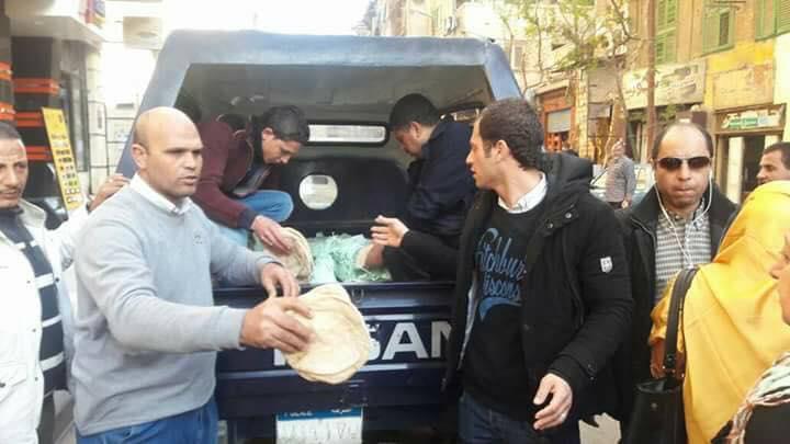 توزيع الخبز على المواطنين بالإسكندرية