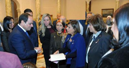 7-الرئيس-عبد-الفتاح-السيسي-مع-أعضاء-المجلس-القومي-للمرأة