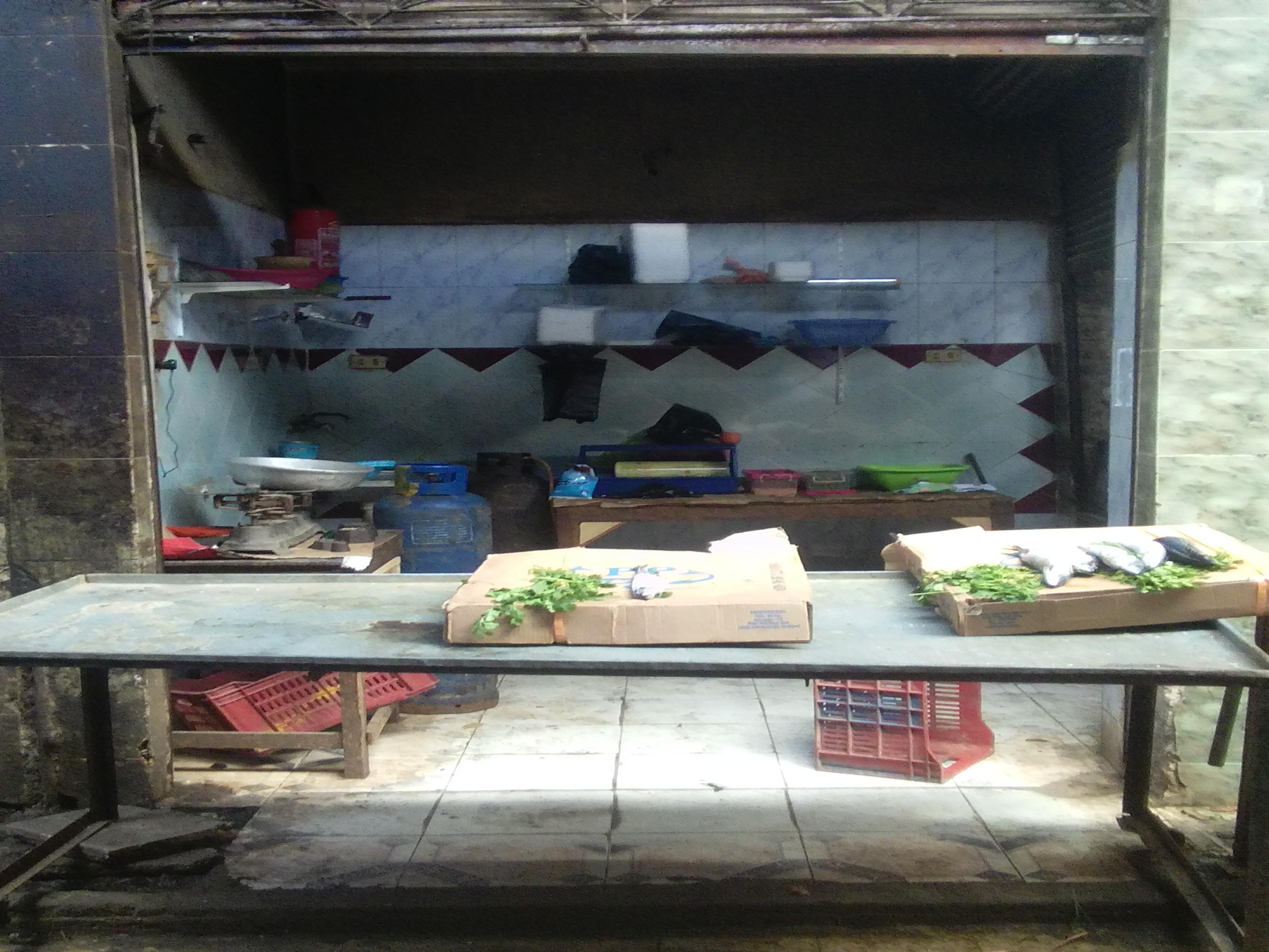 محل سمك يخلو من الأسماك