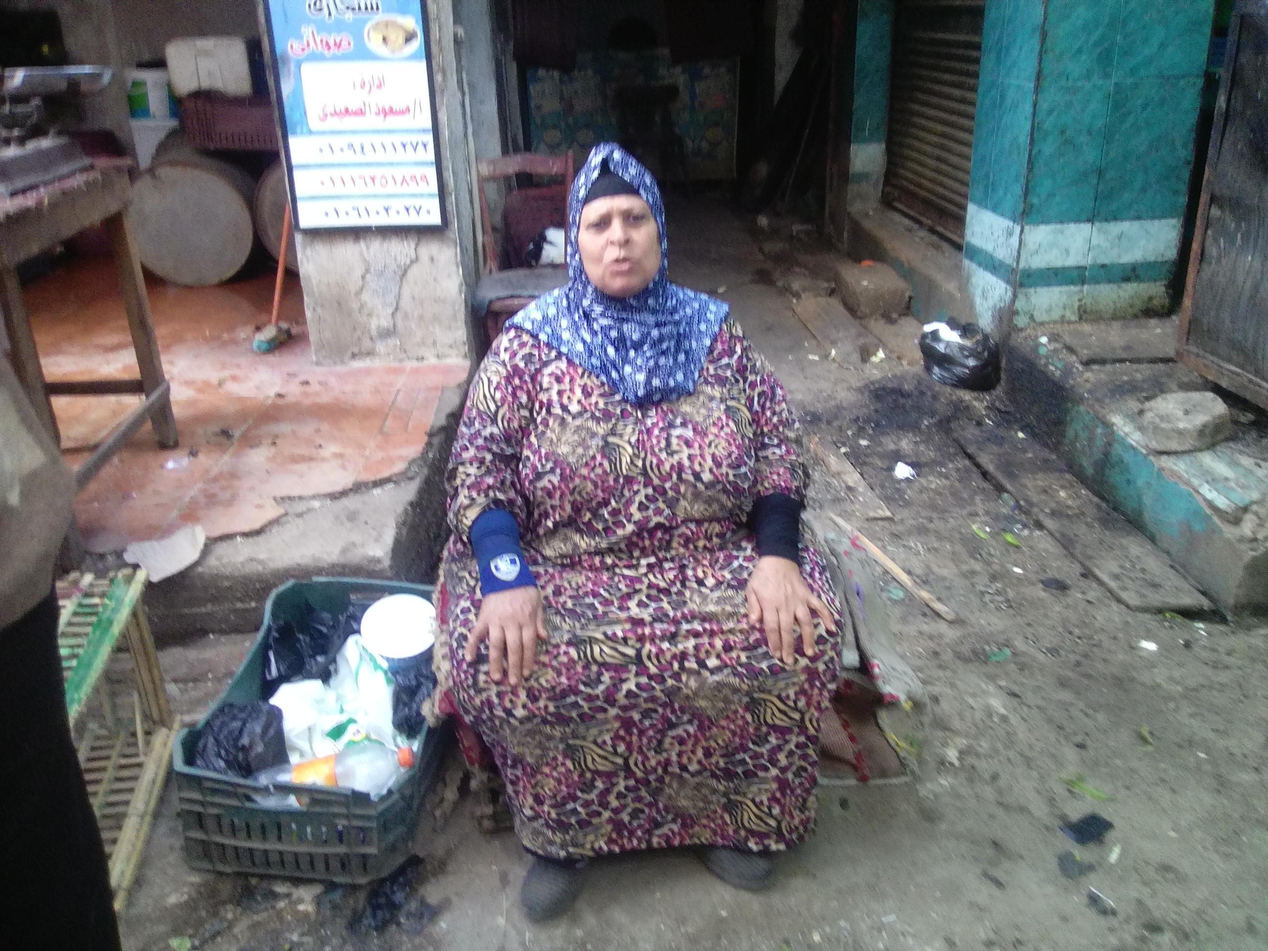 أم أحمد بائعة السمك تجلس ولا تجد أسماكا تبيعها