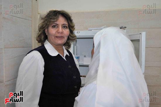 عضوة بلجنة الصحة بالبرلمان تفحص الخدمات بمستشفى إسنا