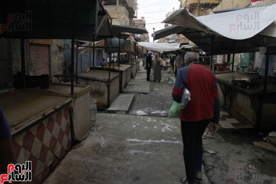 يقول التجار : للمرة الأولي نقترب من وقت الظهيرة والسوق لا يمتلئ بالمشترين