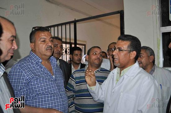 أعضاء اللجنة والنواب خلال تفقد العمل بالمستشفيات