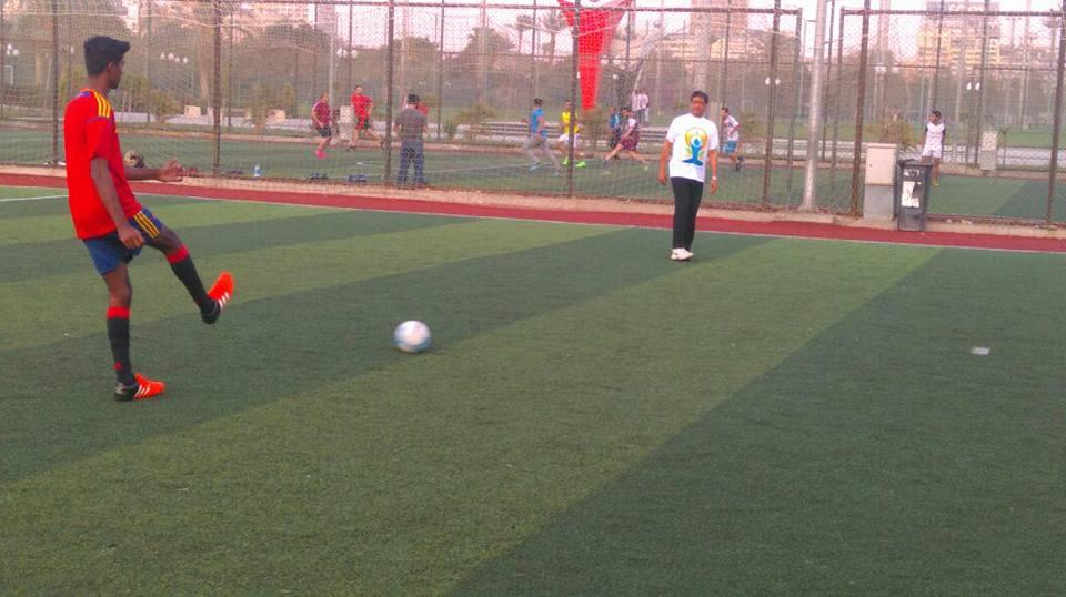 سفير الهند يلعب كرة القدم