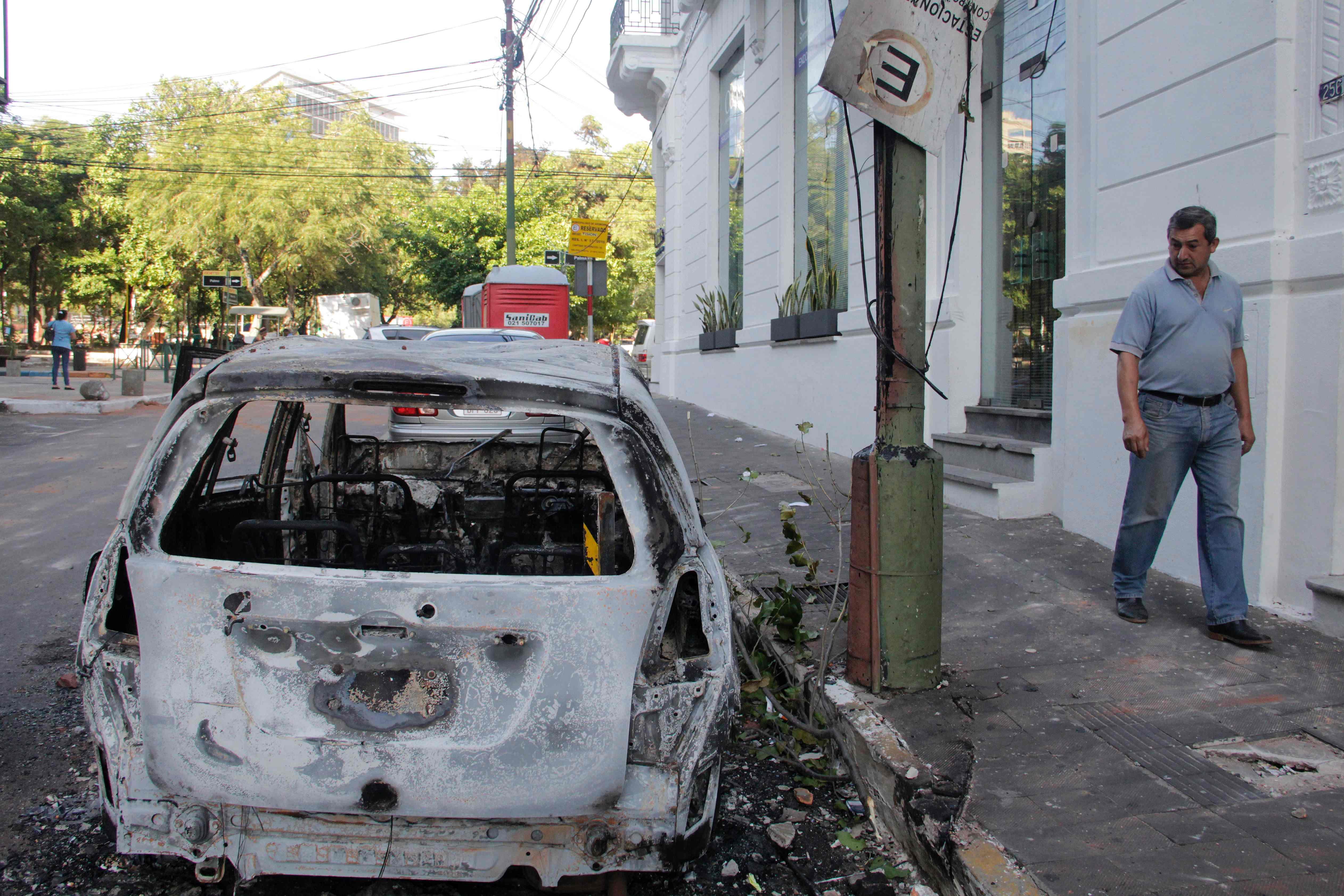 آثار حرق سيارة بعد مظاهرات احتجاجية