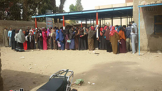 سيدات امام مكتب السجل المدنى بمدينة ببا