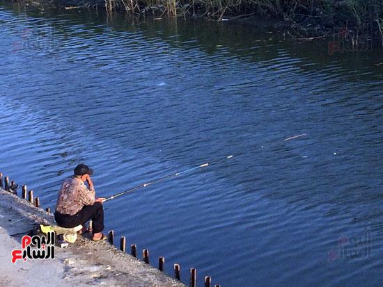 أب  يعلم  ابنه الصيد