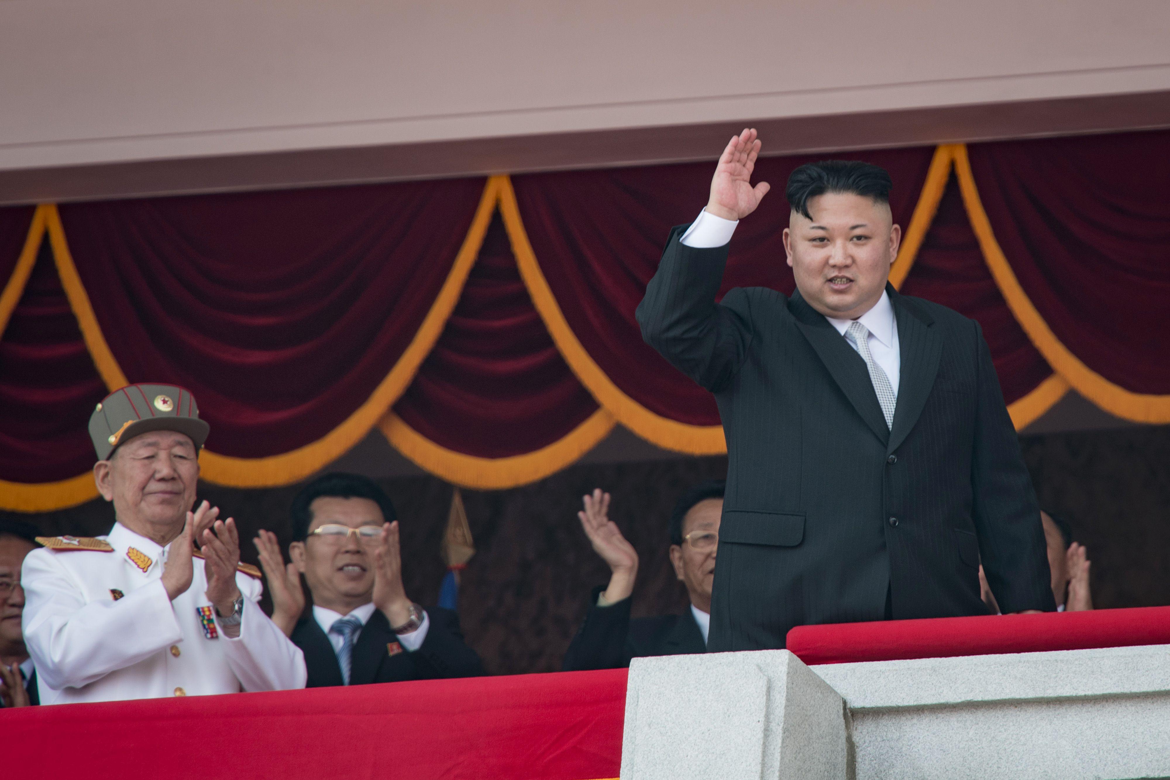 زعيم كوريا الشمالية يحيى الجنود خلال العرض العسكرى