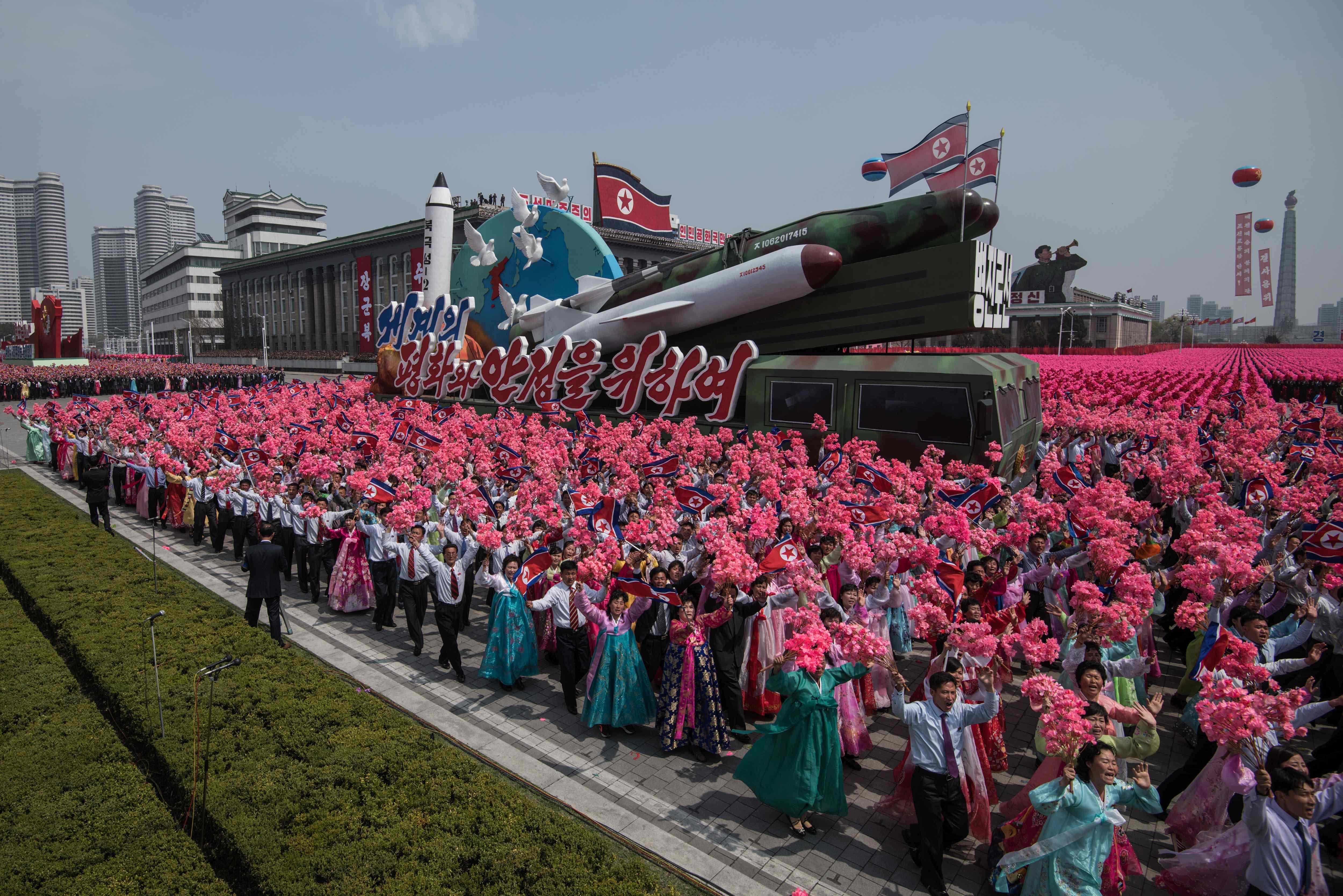 عرض الصواريخ خلال الاحتفال بذكرى ميلاد مؤسس كوريا الشمالية