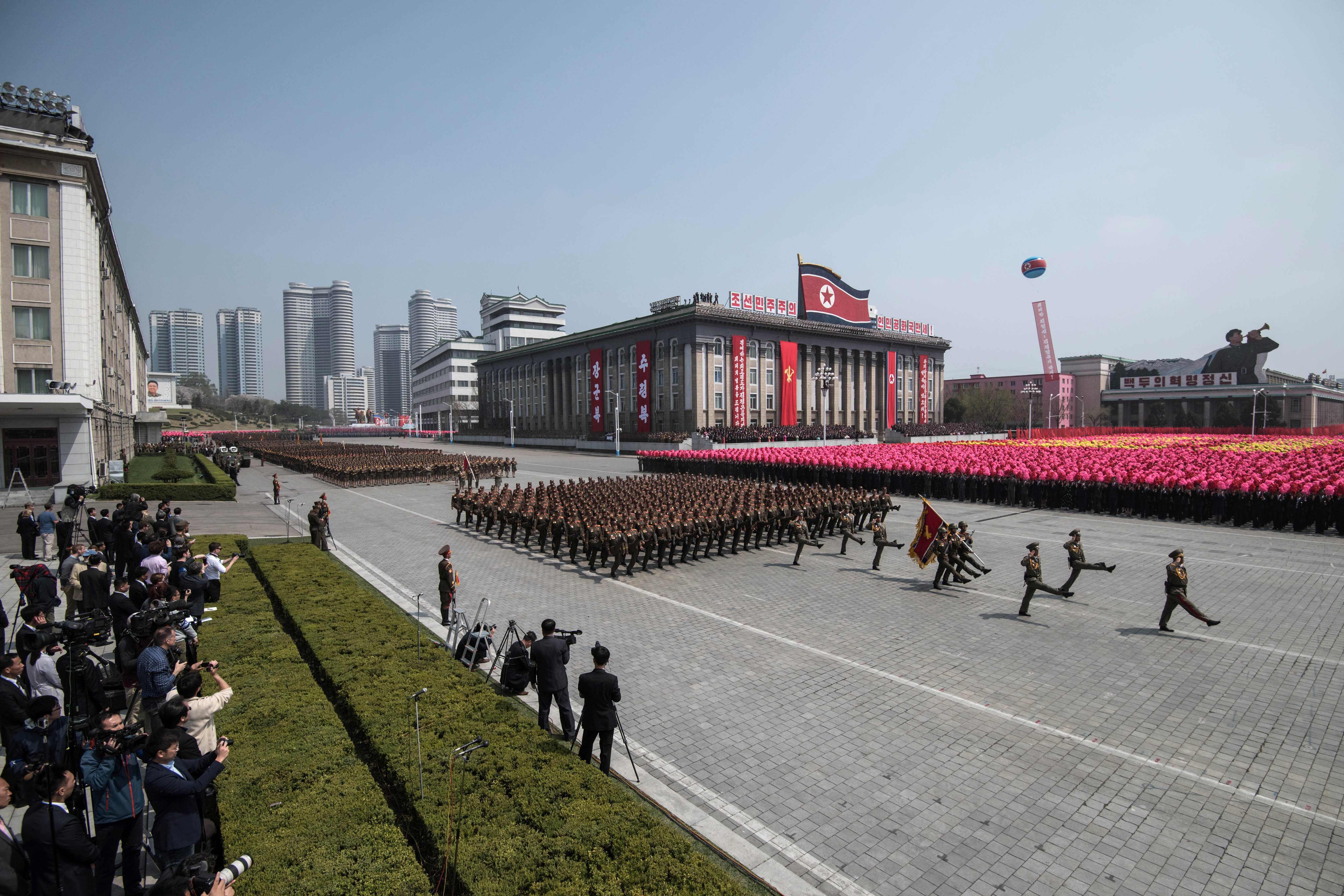 عرض عسكرى بمناسبة الذكرى الـ 105 لميلاد مؤسس كوريا الشمالية