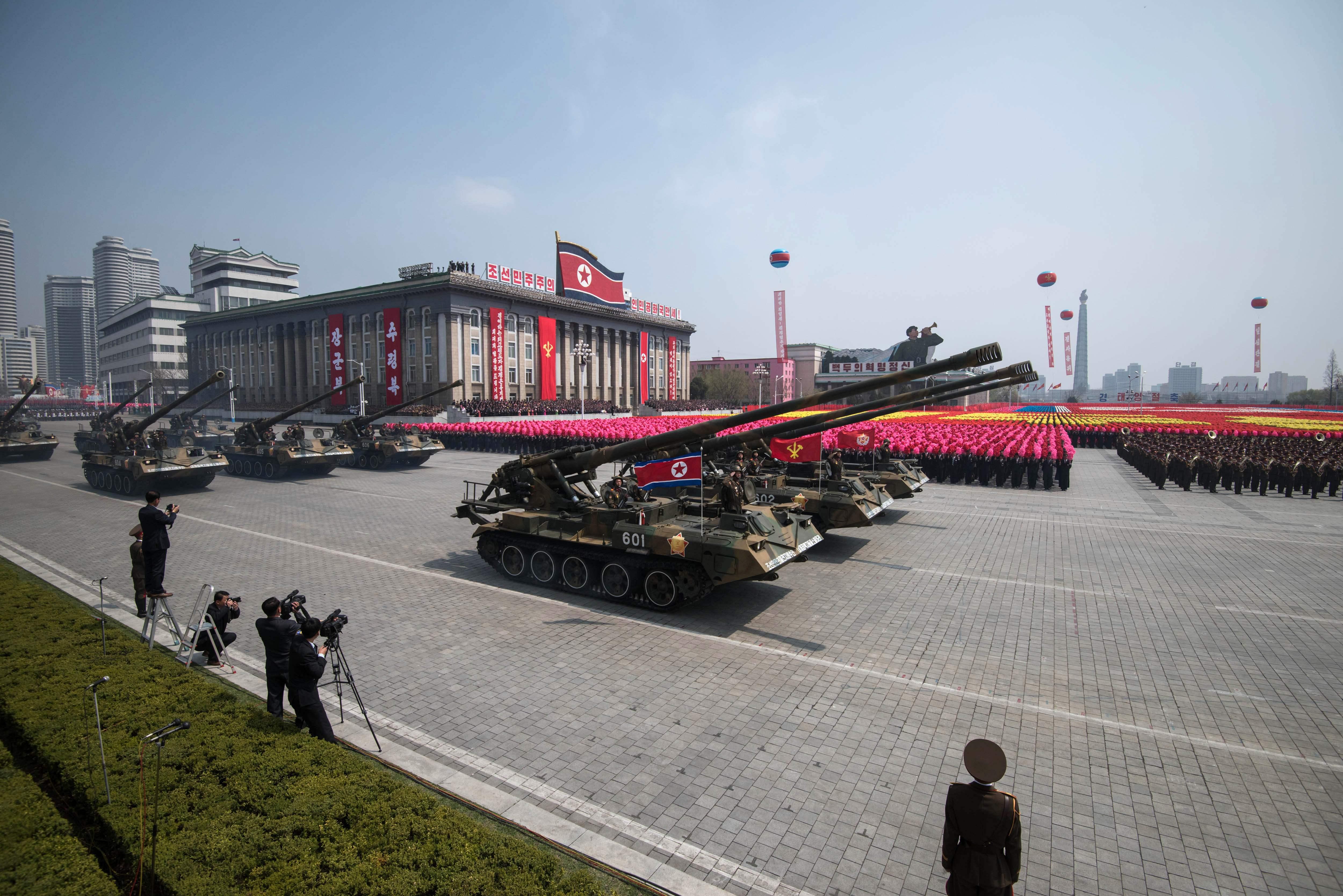 دبابات الجيش الكورى الشمالى خلال عرض عسكرى