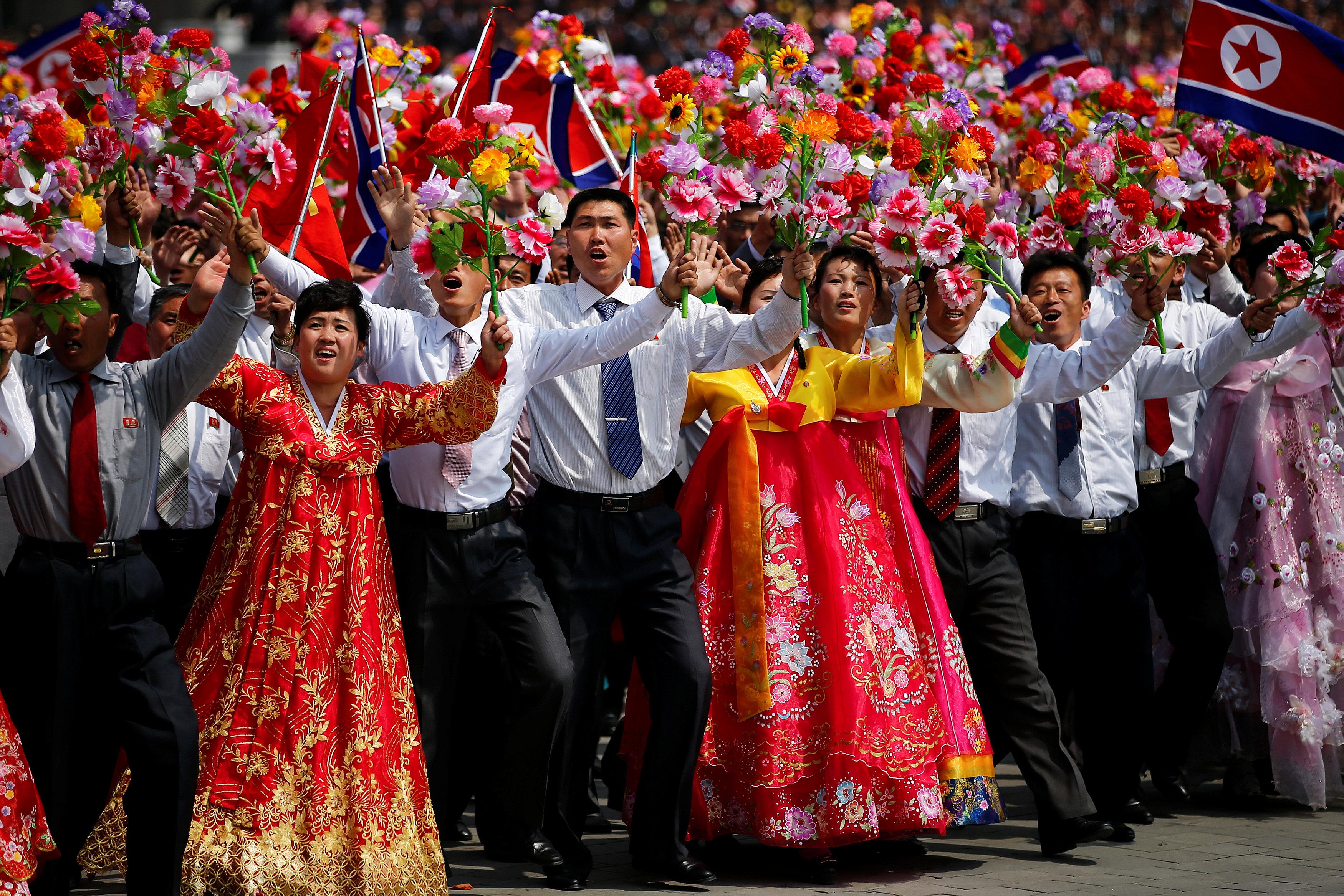 الكوريون يشاركون فى الاحتفال