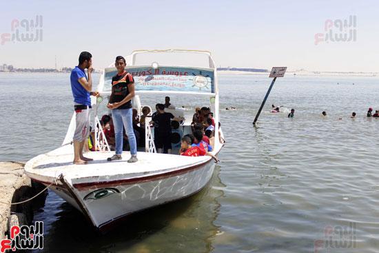 تخرج قوارب  سياحية  للتنزة  في البحيرة  مقابل  مبلغ  بسيط