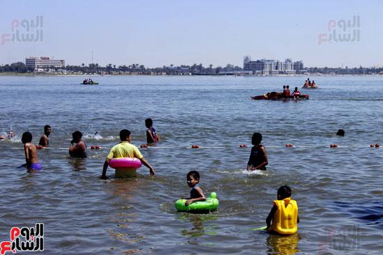 الأطفال  يتمتعون بالسباحة