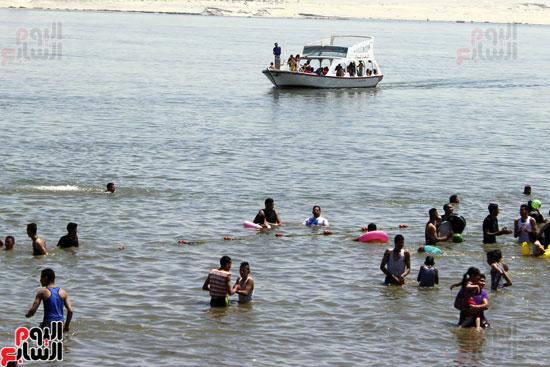 شاطئ الفيروز المملوك لديوان المحافظة احد اكثر الشواطئ  رواجا بسبب ثمن الدخول المتاح