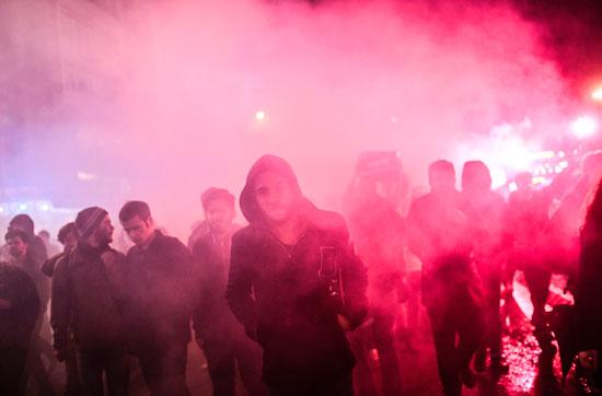 المحتجون يشعلون الشماريخ خلال الاحتجاجات
