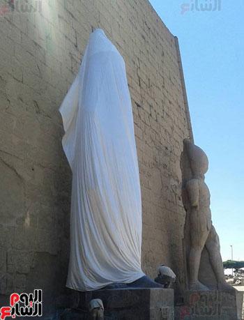 التمثال يستعد لتزيين واجهة معبد الأقصر